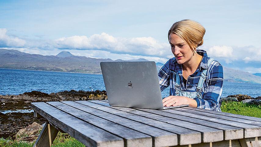 Frau mit Laptop im freien